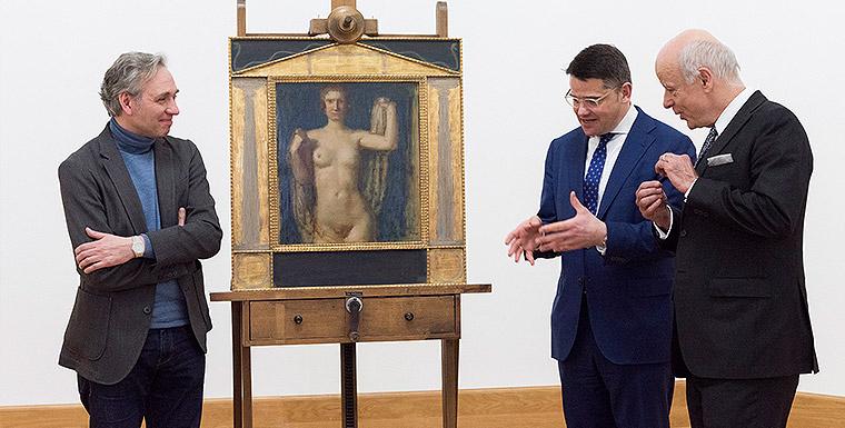 """Kustos Peter Forster, Minister Boris Rhein und Gerd Eckelmann (Museumsfreunde) bei der Vorstellung der """"Phryne"""" von Franz von Stuck"""