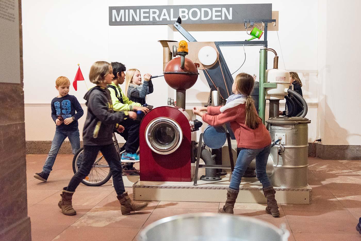 Kinder an der Bodenzaubermaschine. Foto: Museum Wiesbaden