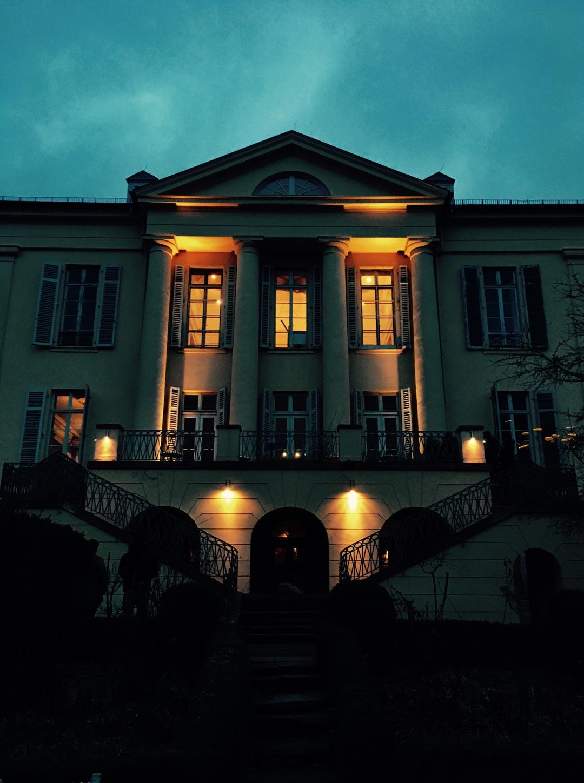 Ein Nachtmahl in völliger Dunkelheit im Schloss Freudenberg – dies ist ein Preis, der auf glückliche Gewinner wartet.