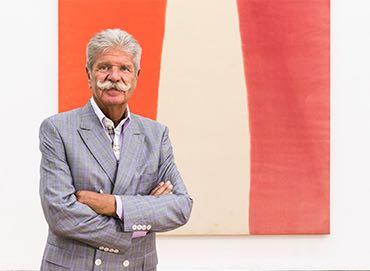 """Sammler Reinhard Ernst vor """"Looms"""" von Morris Louis, das als Leihgabe im Museum Wiesbaden hängt. (Foto: Bernd Fickert/Museum Wiesbaden)"""