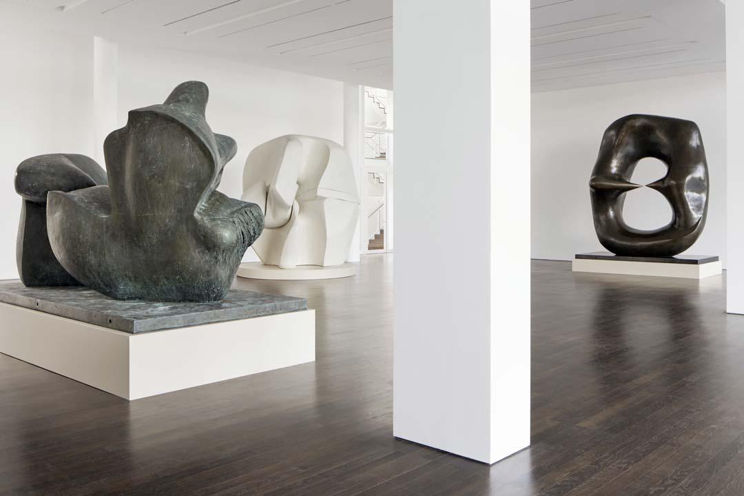 """Ausstellungsansicht """"Obsession"""", (von links nach rechts) Henry Moore, Two Piece Reclining Figure: Points, 1969; Henry Moore, Locking Piece, 1962–63; Oval with Points, 1968–70, mit freundlicher Genehmigung der Henry Moore Foundation, Foto: Mick Vincenz"""