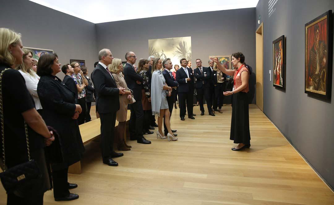 """Kuratorin Dr. Sibylle Discher führt Gäste der Gala durch die Ausstellung """"Der Garten der Avantgarde"""". Foto: Detlef Gottwald"""