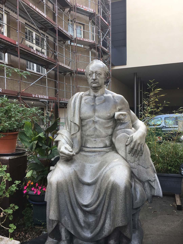 Goethe (vorübergehend) im Hinterhof. Foto: Ingeborg Salm-Boost
