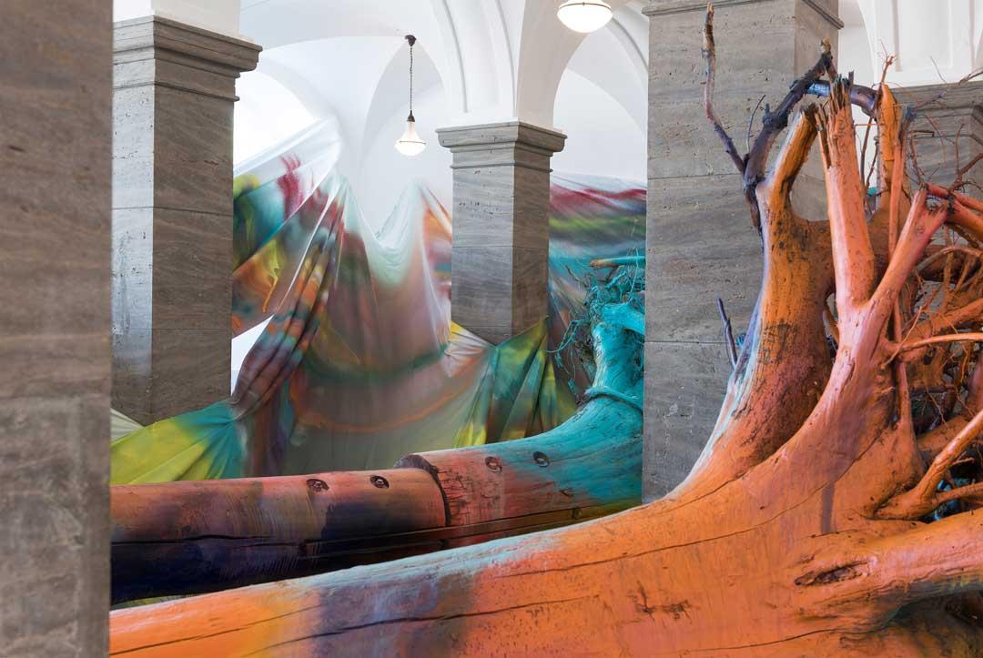 Katharina Grosse: Sieben Stunden, Acht Stimmen, Drei Bäume, 2015 Acryl auf Stoff, Baumstämmen und Wurzelwerk, Museum Wiesbaden, erworben 2015 mit Unterstützung der Kulturstiftung der Länder und der Hessischen Kulturstiftung, © VG Bild-Kunst Bonn, 2017