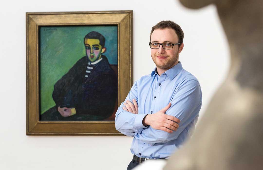 Jawlensky-Kenner Nikolas Jacobs vor dem Bild Nikita. Foto: Museum Wiesbaden/Bernd Fickert