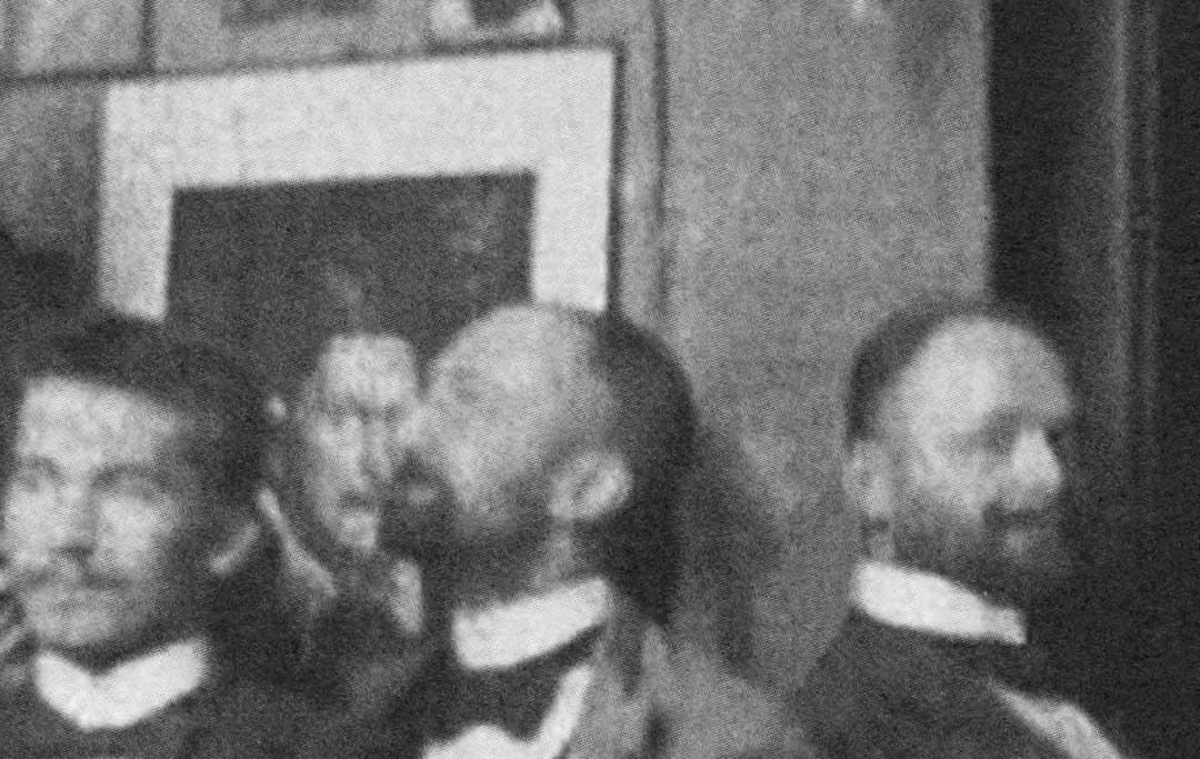 Darunter auf der Höhe von Jawlenskys Kopf das Bildnis von Papst Innozenz X. (Ausschnitt des Fotos), das Jawlensky mit seiner Haltung nachzuahmen scheint.