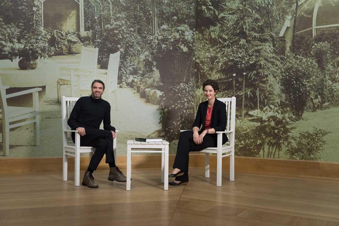 Eine schöne Idee für die Kirchhoff-Ausstellung: Roman Zieglgänsberger und Mit-Kuratorin Sibylle Discher vor der Gartentapete (Foto: Museum Wiesbaden/Bernd Fickert)