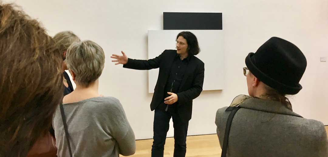 Jörg Daur, stellvertretender Direktor des Museums und Kustos für moderne und zeitgenössische Kunst, führt durch die Ausstellungsräume.