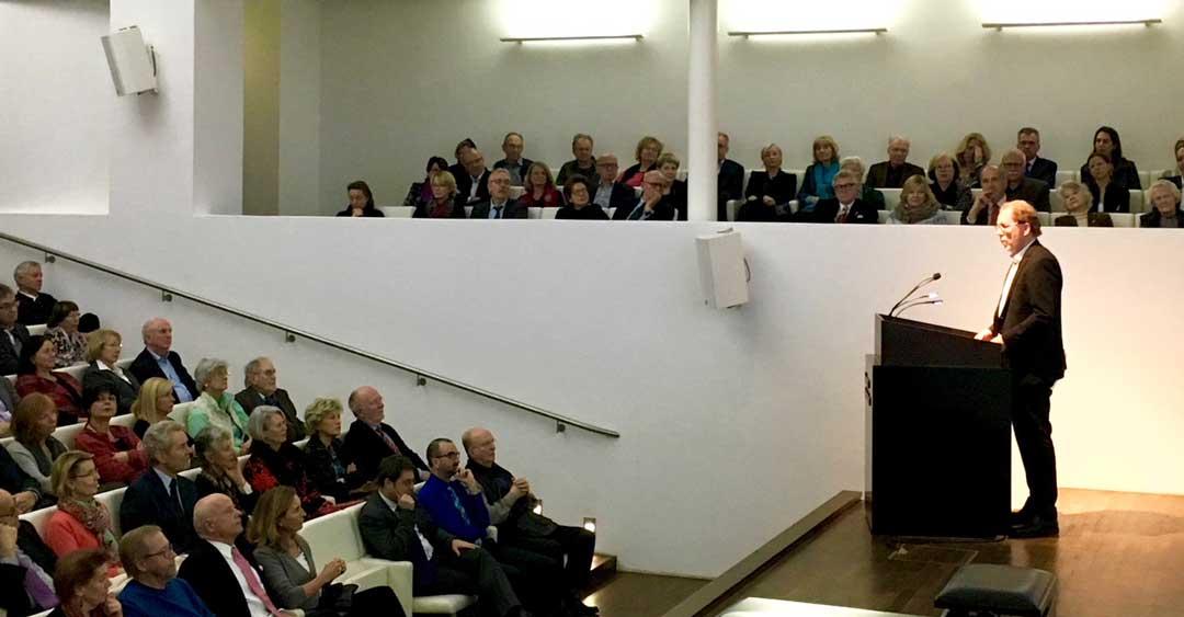 Klaus H. Niemann, Mitglied im Vorstand der Freunde des Museums, trägt die eindrucksvollen Mitgliederzahlen vor.