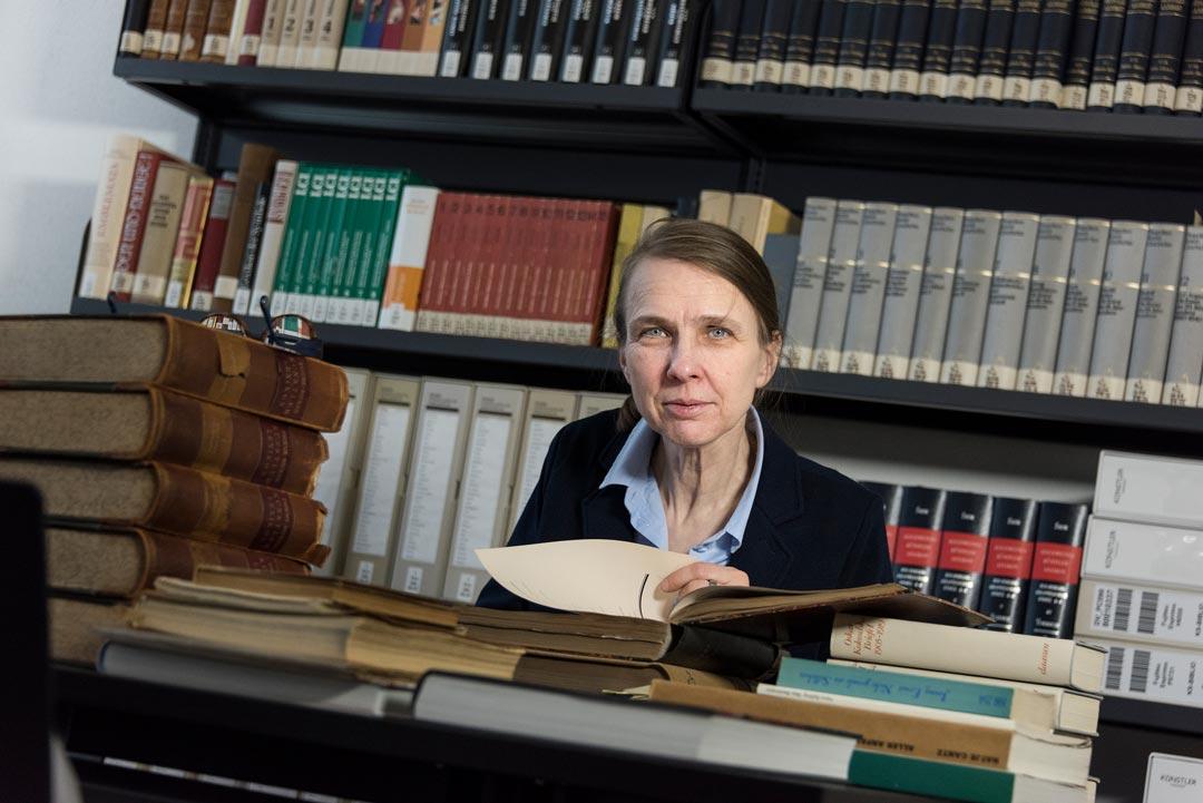 """Martina Frankenbach ist sich sicher, dass die Bücher """"unsterblich"""" sind. (Foto: Museum Wiesbaden/Bernd Fickert)"""