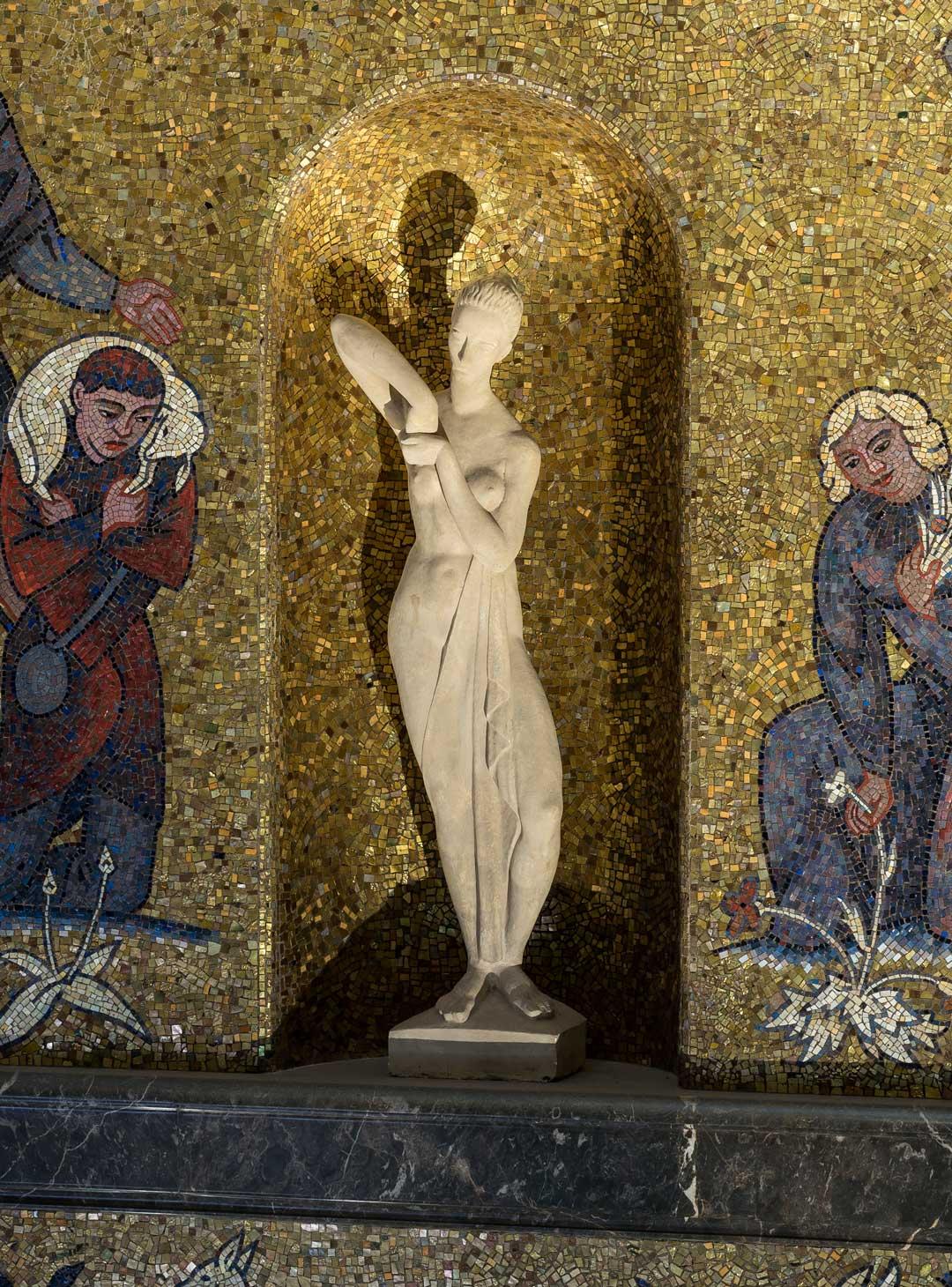 Eine der vier Figuren von Arnold Hensler im goldfarbenen Mosaik der achteckigen Eingangshalle des Museums Wiesbaden (Foto: Bernd Fickert)