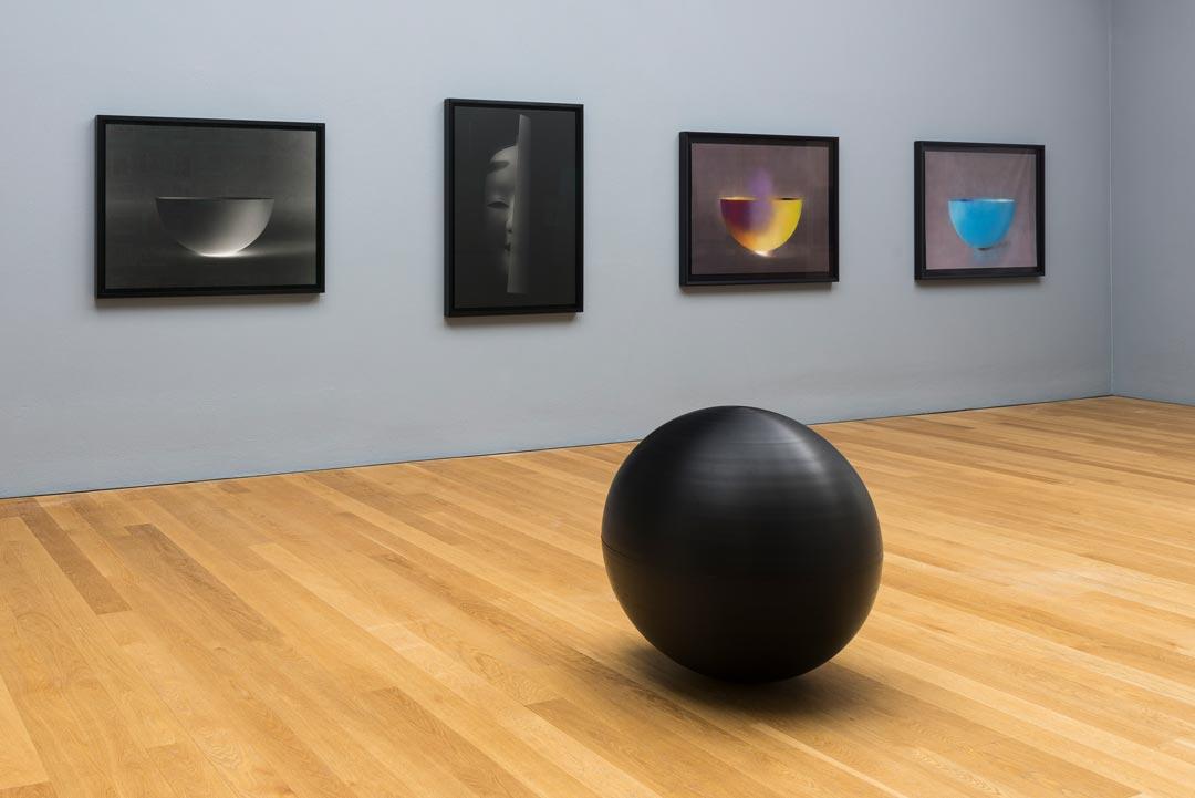 """Kazuo Katase, Installationsansicht """"Ohne Titel (Schwarze Kugel)"""", 1989/90 mit """"Schale 27.9.2016"""", """"Schale 13.6.2012"""", """"Ohne Titel (No-Maske)"""", 2015 und """"Mu-wan"""", 2011 (Foto: Museum Wiesbaden/Bernd Fickert)"""
