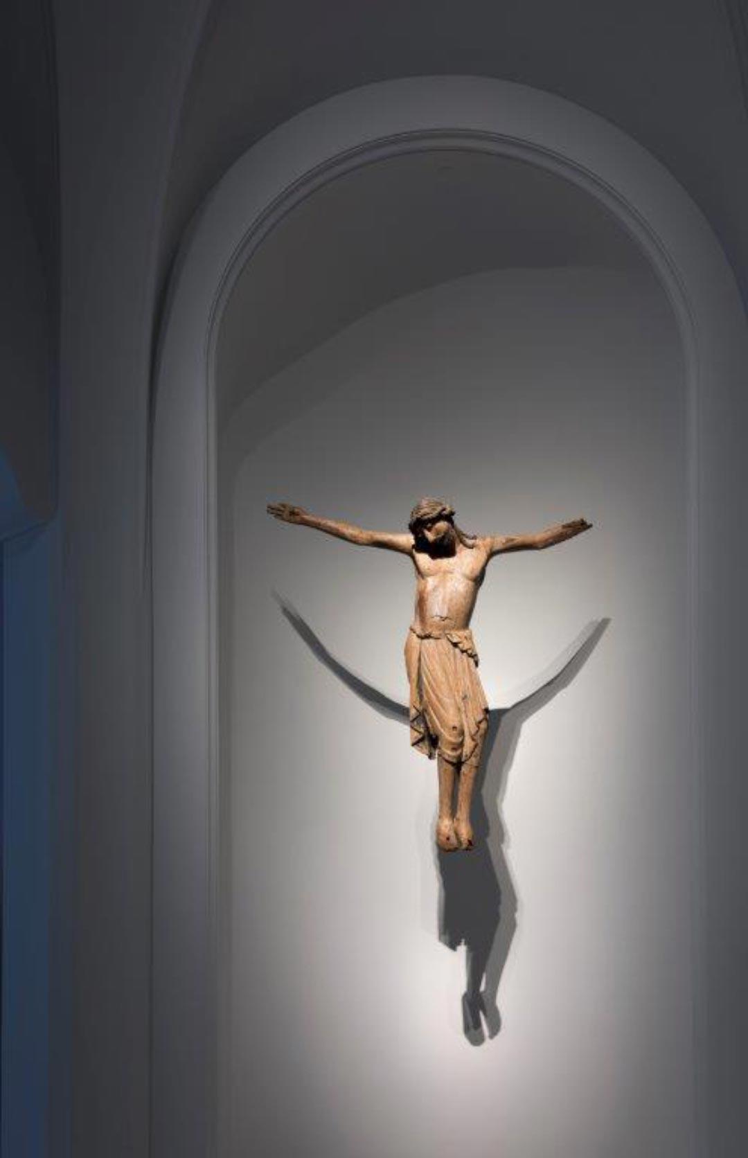 Mittelrhein – Kruzifix aus Walsdorf, um 1200 (Foto: Bernd Fickert/ Museum Wiesbaden)