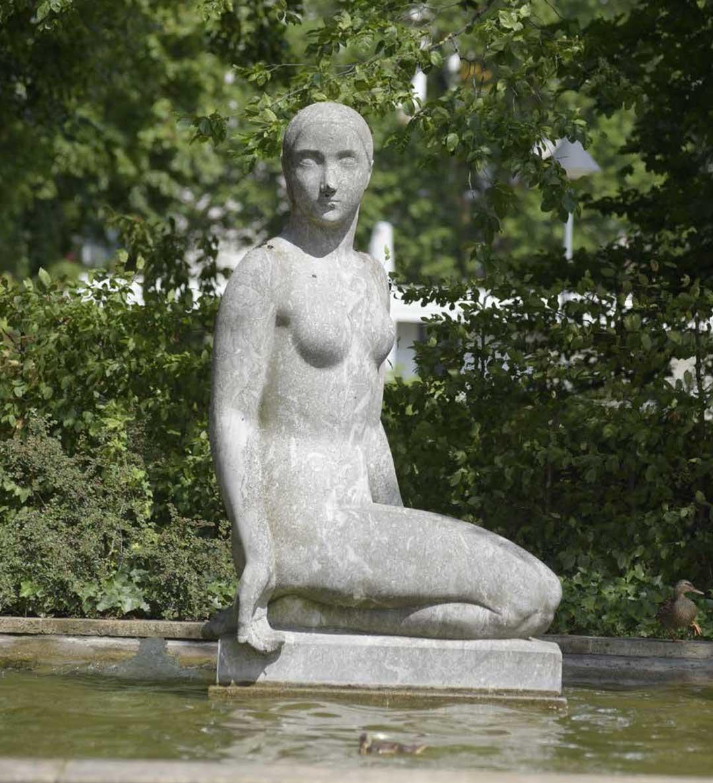 """""""Die Wasserschöpferin"""" von Arnold Hensler in der Reisinger Brunnenanlage (Foto: Patrick Bäuml)"""