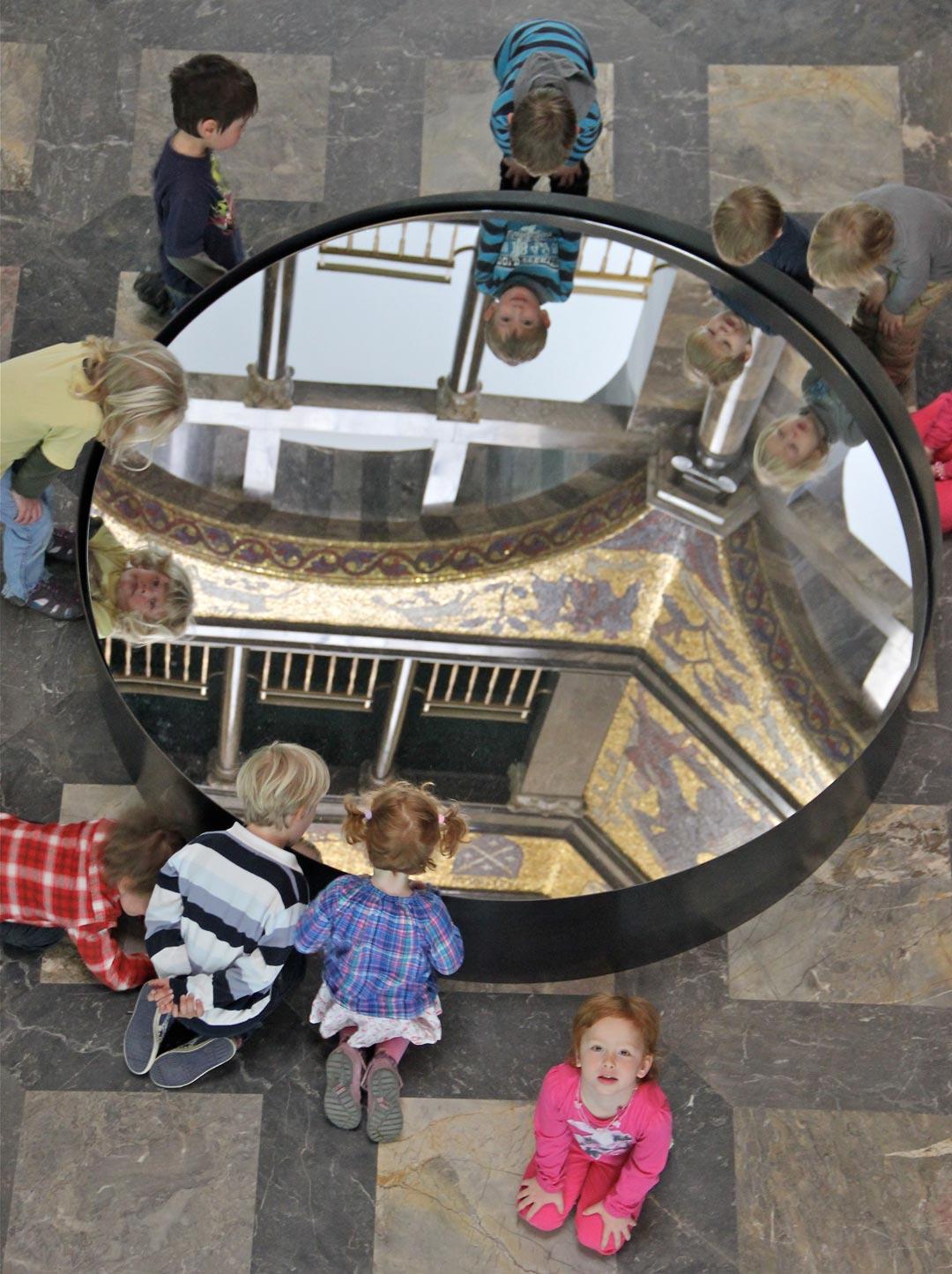 """Spiegelungen – ein spannendes Thema für Kinder und Erwachsene im """"Offenen Atelier"""" (Foto: Museum)"""