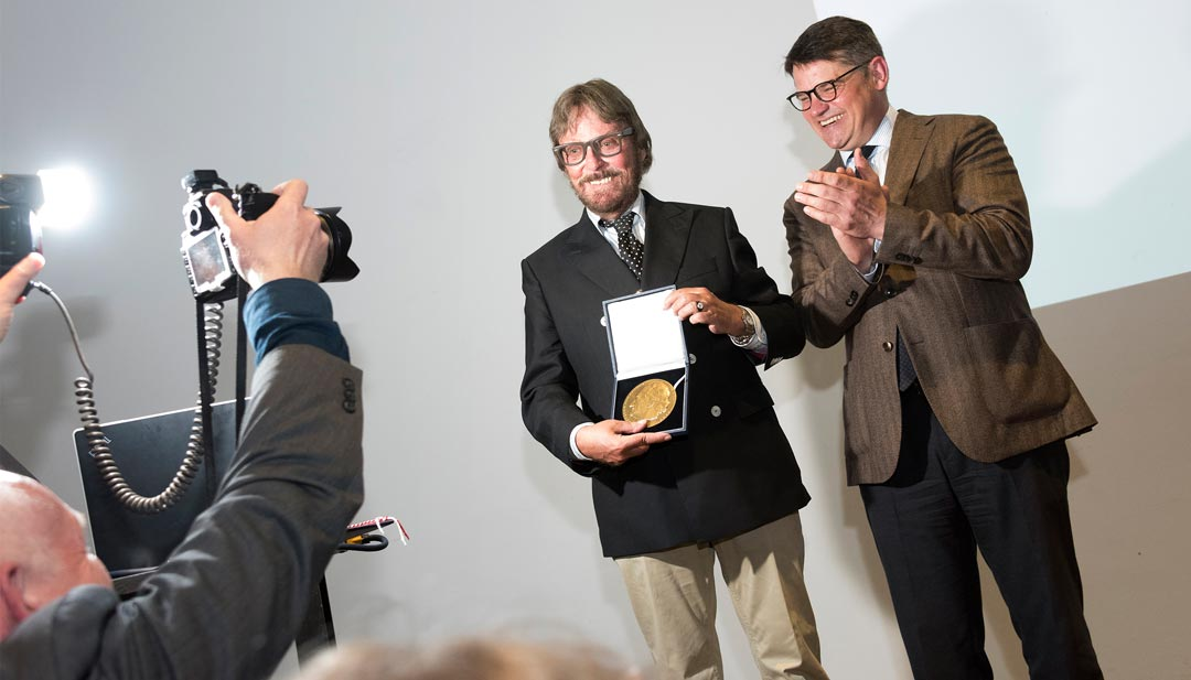 """Für """"außerordentliche Verdienste um Kunst und Kultur"""" erhielt Frank Brabant bei der Ausstellungseröffnung von Minister Boris Rhein die Goethe-Plakette des Landes Hessen (Foto: Museum Wiesbaden/Bernd Fickert)"""