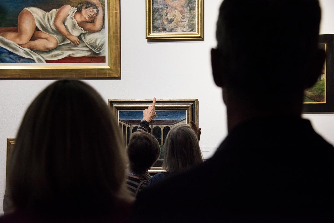 Andrang nach den Eröffnungsreden in der Ausstellung (Foto: Museum Wiesbaden/Bernd Fickert)
