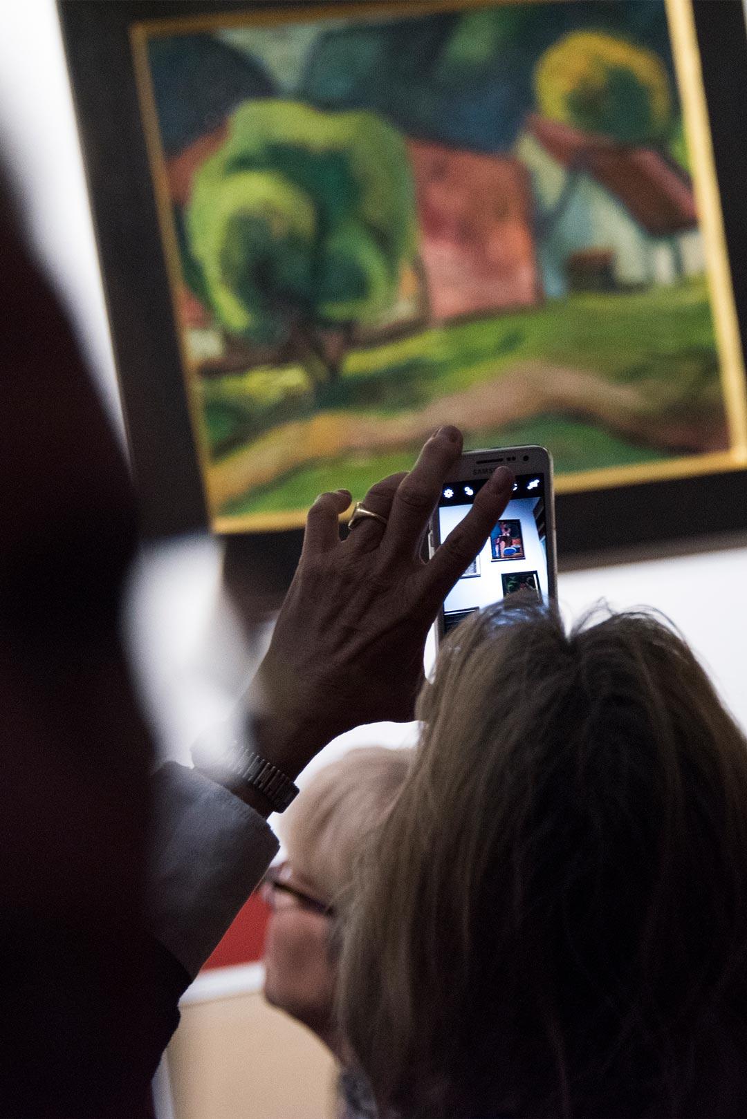 """Fotografieren erlaubt in der Ausstellung """"Von Beckmann bis Jawlensky – die Sammlung Brabant"""" (Foto: Museum Wiesbaden/Bernd Fickert)"""