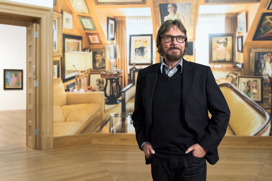 Der jugendlich gebliebene Sammler vor seinem fiktiven Wohnzimmer im Museum – seinem zweiten Wohnzimmer (Foto: Museum Wiesbaden/Bernd Fickert)