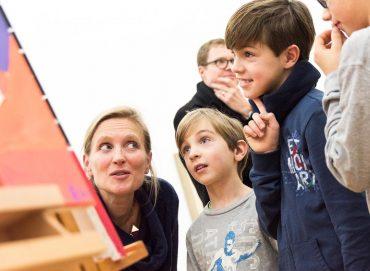 """Mit der Jugend im Kunst-Gespräch: Astrid Lembcke-Thiel freut sich über das Projekt """"Art Transformer"""", das sie mit der 6. Klasse der Diltheyschule im Rahmen ihres Studiums durchführte. Hier ist sie mit den drei Brüdern der Familie Gold zu sehen. (Foto: Museum/Bernd Fickert)"""