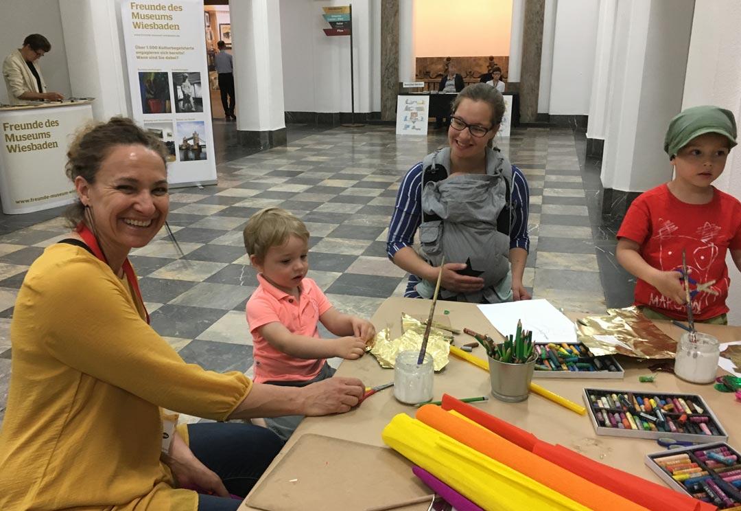 Der edu-Maltisch in der Wandelhalle kommt bestens an, Mitarbeiterin Patricia Sant' Ana Scheld freut sich darüber. (Foto: I. Salm-Boost)
