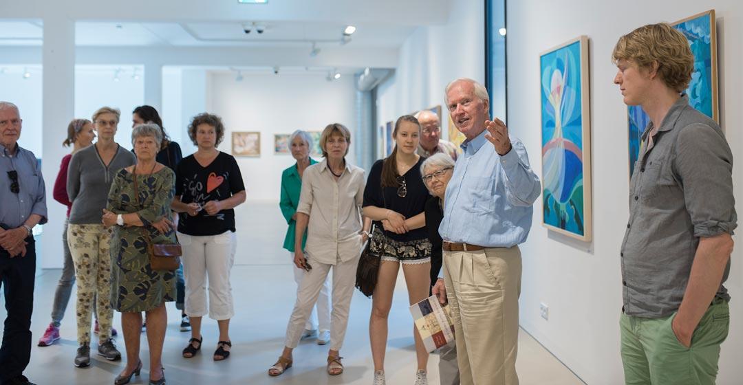Spurensicherung: Tom Sommerlatte führt durch seine Ausstellung im Kunsthaus Taunusstein. Erlebtes, Erfundenes und Erdachtes bringt er den Besuchern nahe. (Foto: Reinhold Berg)