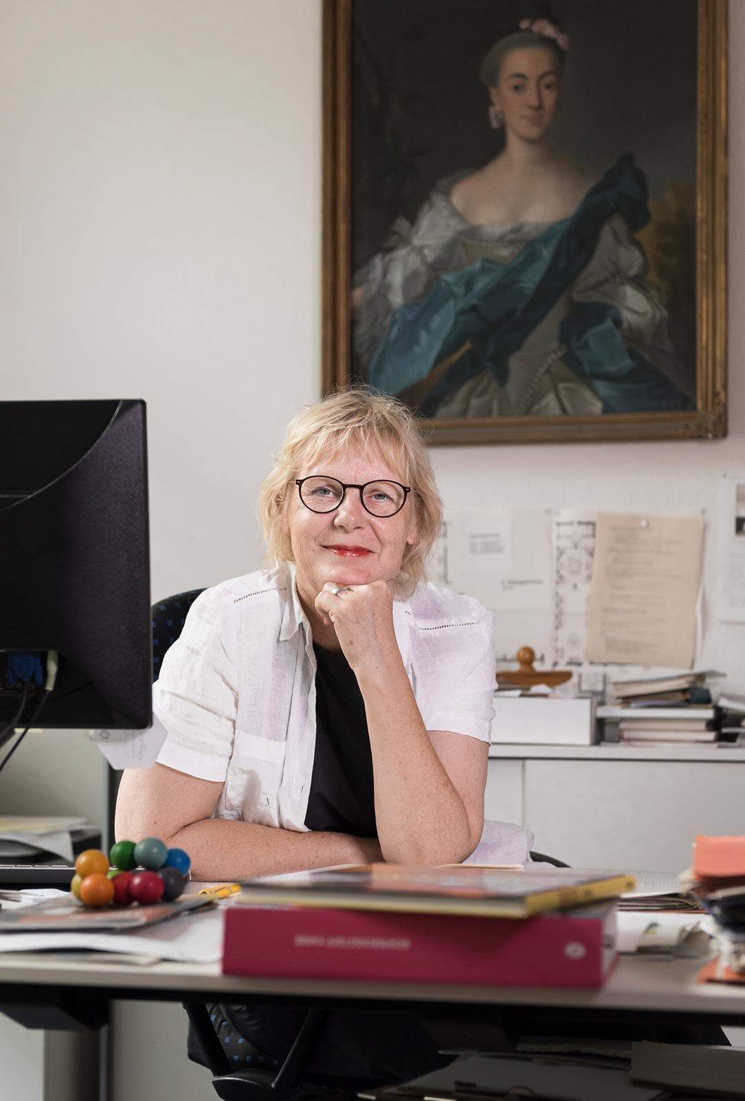 Zwei starke Frauen: Susann Kridlo vor dem Bildnis der Erzieherin und Botanikerin Catharina Helena Dörrien (Foto: Museum Wiesbaden/Bernd Fickert)