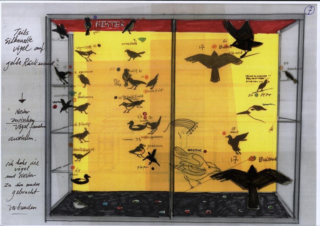 Eine Skizze von Auke de Vries: Ursprünglich plante er, die Vogelarten, die Erbauer der Nester, als Silhouetten auf der Rückwand und auf dem Glas aufzubringen. (© Auke de Vries)