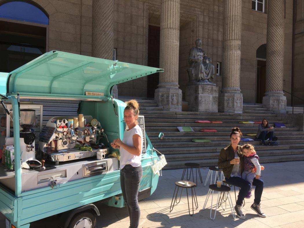 Schönes Angebot vor dem Museum: Das Cafémobil (Foto: Ingeborg Salm-Boost)