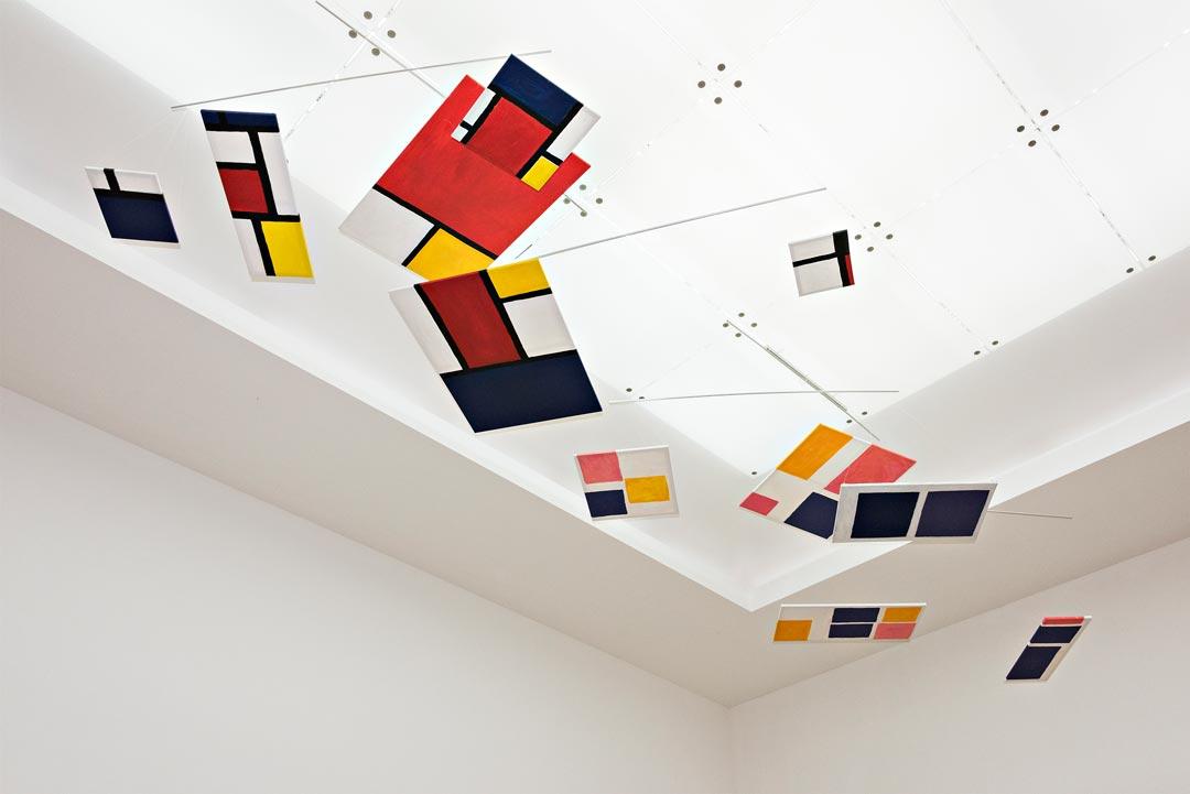Ganz besonderer Gala-Schmuck an der Decke: Das Mondrian-Mobile, entstanden in der Museumspädagogik. (Foto: Museum Wiesbaden/Bernd Fickert)