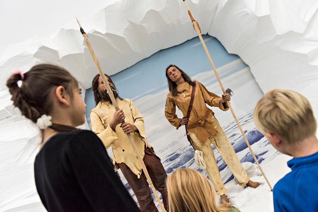Rekonstruktion von modernen Menschen, wie sie in der letzten Kaltzeit – vor ca. 10.000 Jahren – gelebt haben. Die beiden, genannt Urs und Lena, führen Kinder mit einer App durch die Eiszeit-Ausstellung. (Foto: Museum Wiesbaden/Bernd_Fickert)
