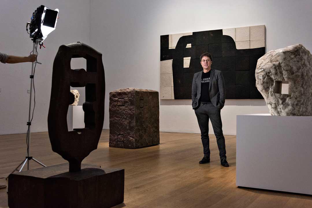 Umgeben von Chillida-Werken: Museumsdirektor Alexander Klar hat die Ausstellung zusammen mit Lea Schäfer und dem Bruder des Künstlers, Ignacio Chillida, kuratiert. (Foto: Museum Wiesbaden/Bernd Fickert)