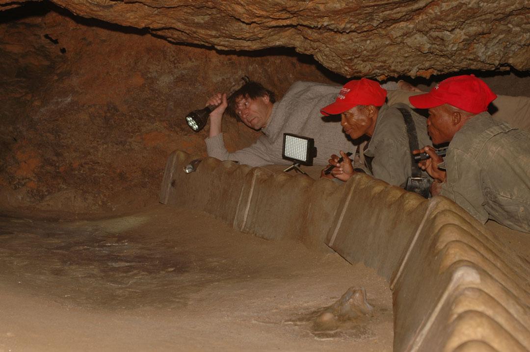 Die namibischen Fährtenleser Cwi Kunta und Cwi Gago studieren Spuren in eiszeitlichen Höhlen von Niaux in den franzöischen Pyrenäen. (Foto: Andreas Pastoors)