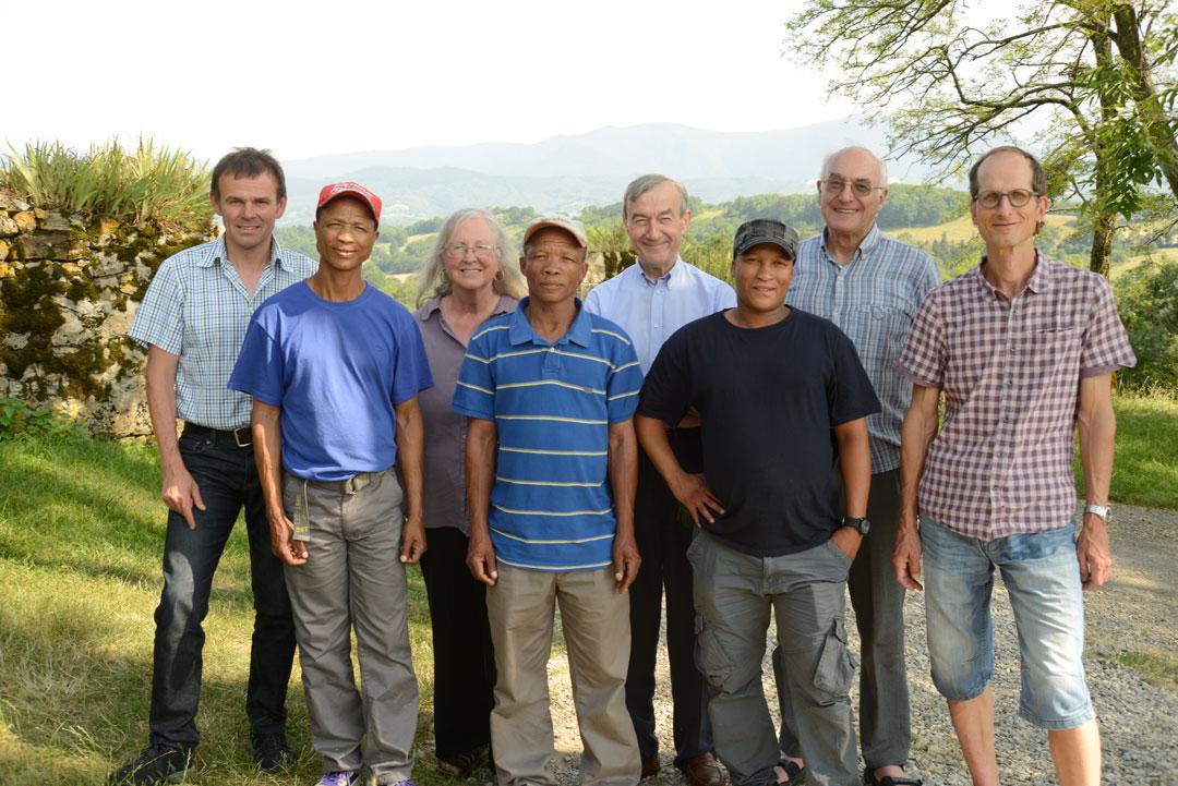 Das deutsch-französische Forscherteam mit Experten im Fährtenlesen aus Namibia (Foto: Andreas Pastoors)