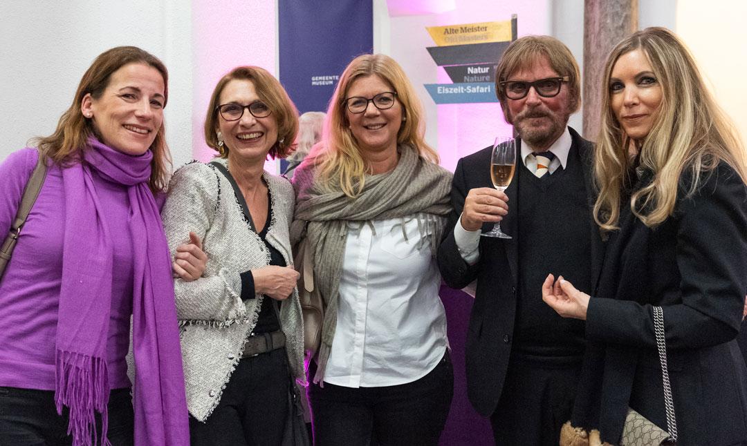 In Sekt- und Gesprächslaune: Mäzen Frank Brabant mit Freundinnen des Museums. (Foto: Vera Friederich)