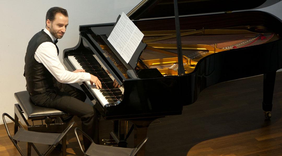 Power am Piano: Michael van den Valentyns bringt die Gäste in Bewegungslust. (Foto: Vera Friederich)