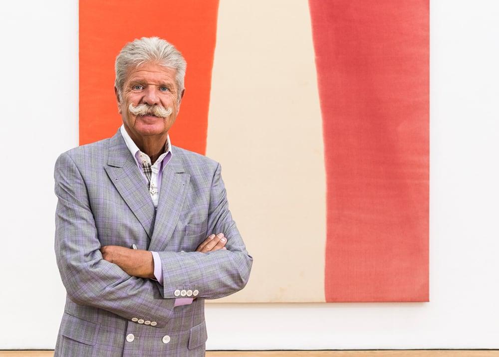 """Sammler Reinhard Ernst vor """"Loom"""" von Morris Louis, das als Leihgabe im Museum Wiesbaden hängt. (Foto: Bernd Fickert/Museum Wiesbaden)"""