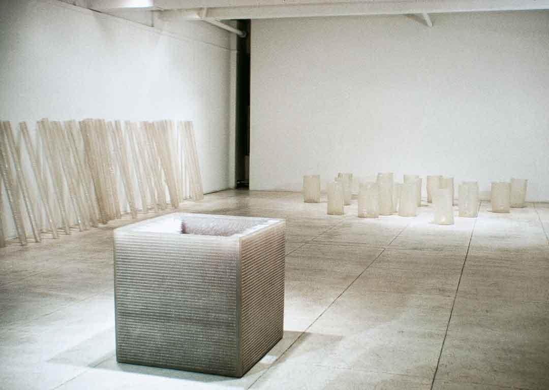 """Eva Hesse, Blick in die Ausstellung """"Chain Polymers"""" in der Fischbach Gallery, New York 1968, im Vordergrund die Arbeit """"Accession III""""; Eva Hesse Estate"""