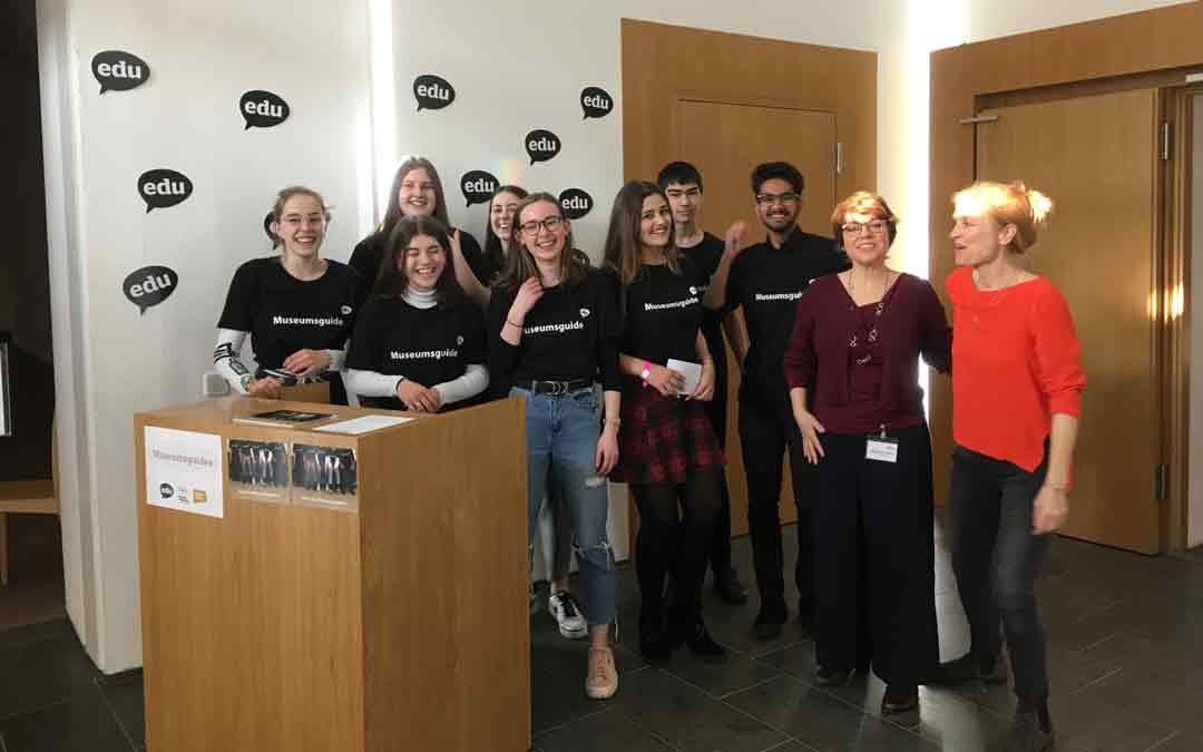 Die Museumsguides mit Christine Scholzen (2. von rechts, Initiative und Leitung, Gymnasium am Mosbacher Berg) und Astrid Lembcke-Thiel, die das Projekt vom Museum Wiesbaden begleitet (Foto: Bernd Fickert/Museum Wiesbaden)