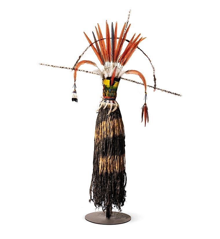 Das Olok (Tanzkostüm) der Wayana Aparai aus Brasilien wurde beim Okomo-Fest getragen. Dieses stand meist in Verbindung mit einer erfolgreichen Ernte. Währenddessen fanden auch die Initiationsriten statt (Foto: Museum Wiesbaden/Bernd Fickert). Erworben 2019